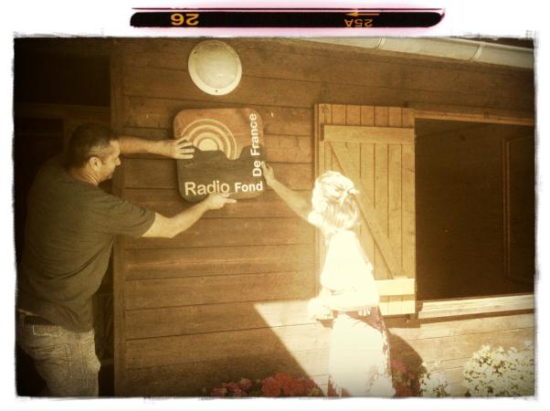 Pose du logo en bois de Radio Fond de France sur ses locaux